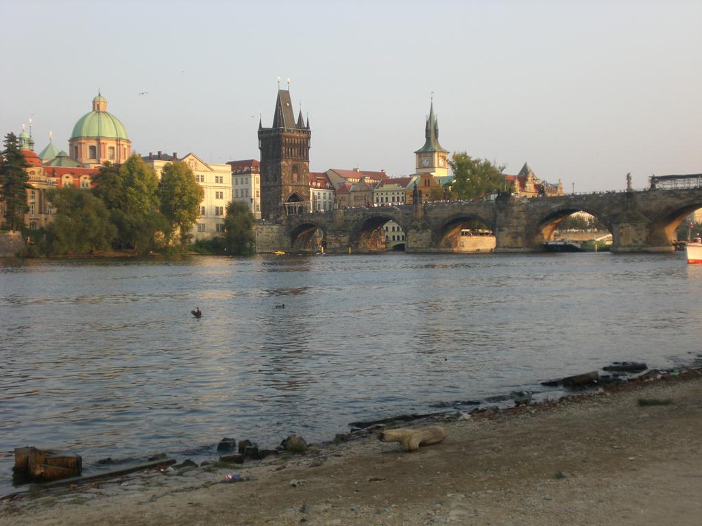 O Vltava pecorre Praga e ainda vai além: são 435 quilometros de extensão