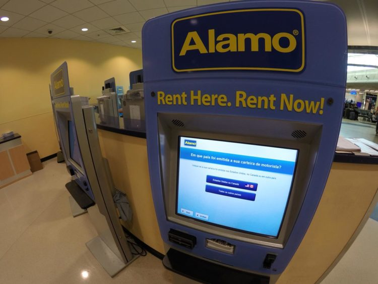 Carro em Miami: guichê eletrônico da Alamo no aeroporto de Miami