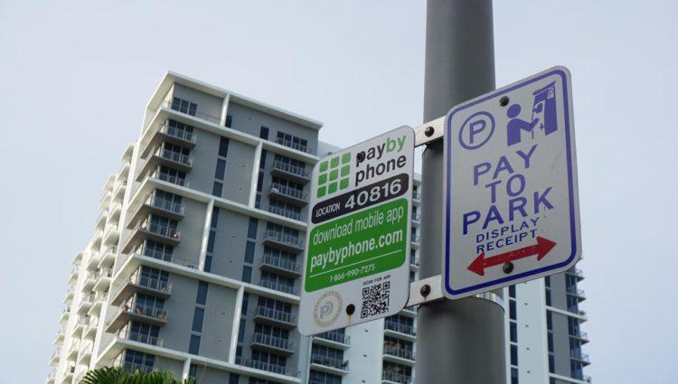 Carro em Miami: plcas indicando pagamento de parquímetro via app