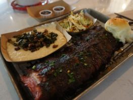 Comi no The Polite Pig em Disney Springs
