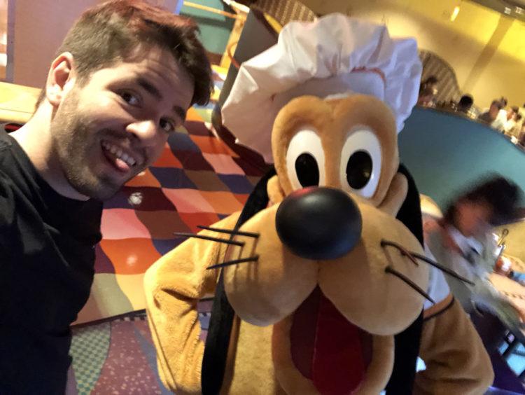 Pluto no café da manhã do Disneyland Hotel