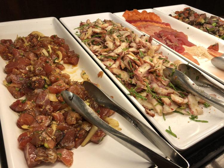 Makahiki: jantar com personagens no Aulani