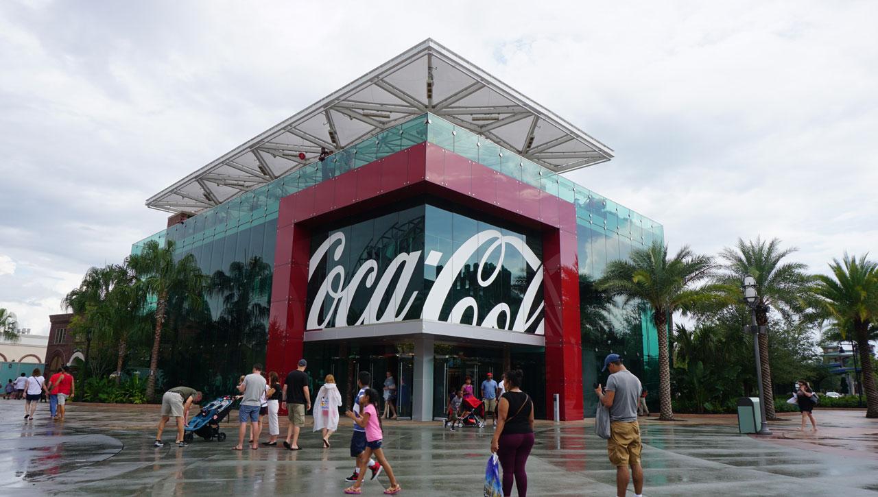 A enorme loja da Coca-Cola em Disney Springs